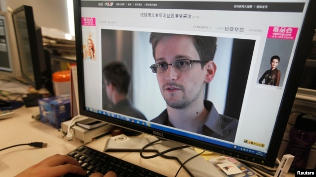 A picture of Edward Snowden, a contractor at the National Security Agency (NSA), is seen on a computer screen displaying a page of a Chinese news website, in Beijing in this June 13, 2013 photo.
