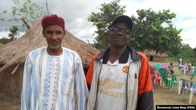 A gauche, Souley Lakoudi médiateur entre éleveurs et agriculteurs, à droite, Michel Amata, chef traditionnel de Botombo, au Cameroun, le 15 septembre 2017. (VOA/Emmanuel Jules Ntap)