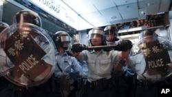 亲中人士与要求民主的抗议者在香港九龙湾淘大商场对峙并打斗,警方介入。(2019年9月14日)