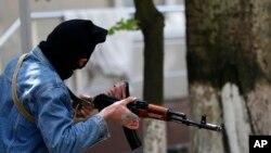 5月6日一名亲俄枪手把守他们占领的斯洛文斯克市中心的地方政府大楼