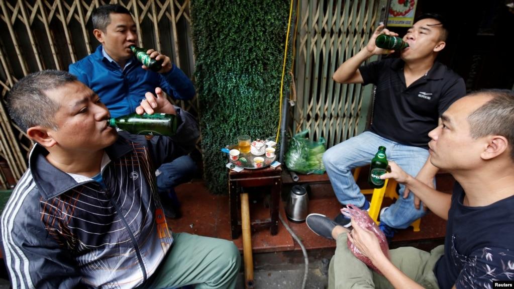 Một nhóm đàn ông Việt uống bia ở Hà Nội.