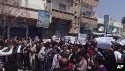 Dalam foto tertanggal 15 /4/2011 ini, para pegunjuk rasa asal Kurdi melakukan demonstrasi di Qamishli, Suriah. Sebuah ledakan bom dilaporkan terjadi Jumat 6/12/2013 di Qamishli.