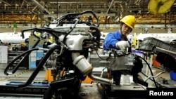 1일 중국 산둥성 칭다오 시 자동차 생산 공장에서 직원이 조립 작업을 하고 있다.
