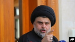 El líder de la protesta Moqtada al-Sadr es un poderoso clérigo nacionalista chiíta que se dio a conocer combatiendo a las fuerzas de EE.UU. y tiene una gran cantidad de partidarios en Irak.
