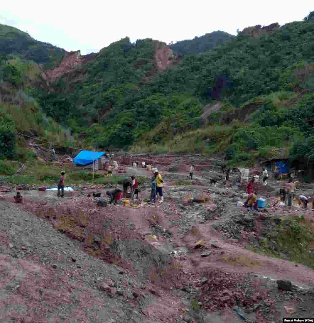 A Kamituga, les adultes et les enfants travaillent dans le carré minier de Chanda, en RDC, le 23 mars 2017. (VOA/Ernest Muhero)