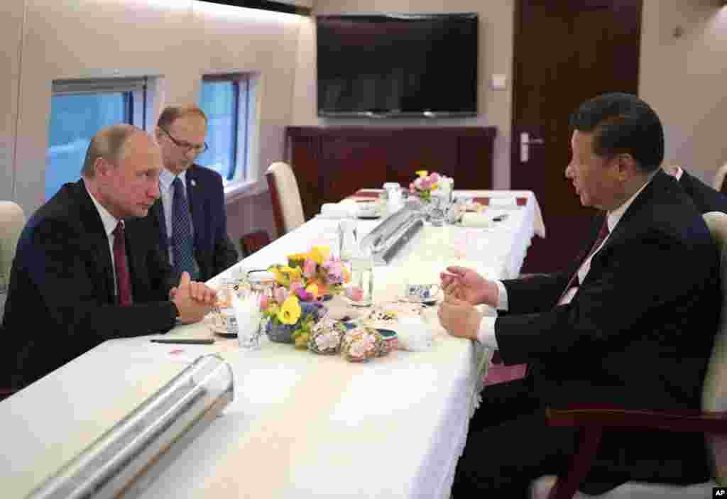 2018年6月8日中国国家主席习近平和俄罗斯总统弗拉基米尔·普京乘坐电动火车前往天津。根据普京的外交事务顾问尤里乌沙科夫的说法,普京和习近平共见过25次,仅去年就五次。