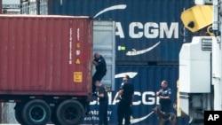 Aparat penegak hukum memeriksa kontainer di sepanjang Sungai Delaware, Philadelphia, Selasa, 18 Juni 2019. Otoritas AS menyita kokaina ilegal senilai lebih dari $1 miliar. (Foto: AP)