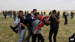ក្រុមបាតុករប៉ាឡេស្ទីនសែងអ្នករបួសក្នុងការប៉ះទង្គិចគ្នាជាមួយកងកម្លាំងអ៊ីស្រាអែល នៅតាមព្រំដែនក្នុងតំបន់ Gaza កាលពីថ្ងៃទី៣០ មីនា ២០១៨។
