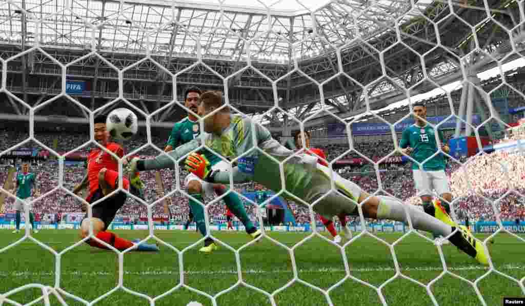 2018 Dünya Futbol Kupası karşılaşmalarında Alman kaleci, Güney Koreli oyuncunun topunu böyle çıkarıyor.