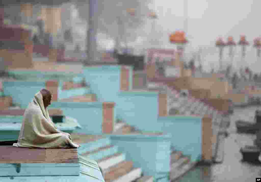 An thánh nhân người Ấn Độ ngồi thiền trên những bậc thang Ghat của sông Hằng trước chuyến thăm của Thủ tướng Nhật Bản Shinzo Abe, ở thành phố Varanasi, Ấn Độ.