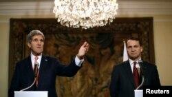 5일 폴란드를 방문한 존 케리 미 국무장관(왼쪽)이 라도슬라브 시코르스키 폴란드 외무장관(오른쪽)과 바르샤바에서 기자회견을 가졌다.
