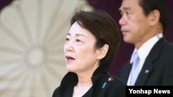 아베 내각 각료 3명이 18일 야스쿠니 신사를 참배했다. 사진은 이날 야스쿠니 신사를 참배한 야마타니 에리코 납치문제담당상
