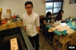 香港出生、留學美國的黃駿賢表示,台灣的民主制度是吸引他在台北創業的原因之一(美國之音湯惠芸)
