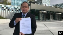 L'avocat philippin Jude Sabio montrant son dossier contre le président Duterte devant la CPI à La Haye, Pays-Bas, 24 avril 2017.