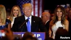 미국 대통령 선거에 출마한 공화당의 도널드 트럼프 경선 후보가 지난 3일 경선 승리 후 뉴욕 기자회견장에서 가족과 지지자들의 축하를 받고 있다. (자료사진)