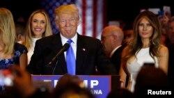 Kandidat calon presiden Partai Republik, Donald Trump, didampingi istrinya Melania (kanan), dalam pesta kemenangan di Trump Tower, New York (3/5). (Reuters/Lucas Jackson)