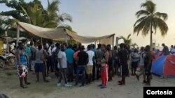 Miles de haitianos se agolpan en los embarcaderos en busca de tiquetes para continuar su migración hacia Centro América. [Foto: Cortesía alcaldía de Necoclí, Antioquia]