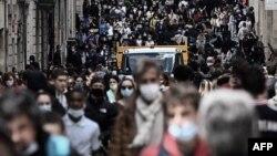 Fransa'nın Bordeaux kentinde yeniden açılmanın ardından kalabalık bir alışveriş caddesi
