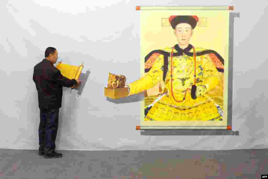 중국 베이징에서 '매직 아트 특별전'이 열리고 있는 가운데, 방문객이 3D 페인팅 작품을 만져보고 있다.