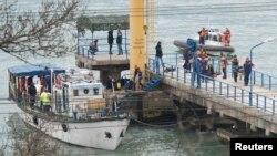 Các thành viên Bộ Khẩn cấp Nga làm việc tại một bến cảng của Hắc Hải gần hiện trường vụ tai nạn, ngày 25/12/2016.