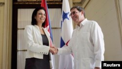 La vicepresidenta y canciller panameña, isabel Saint Malo, estrecha la mano al canciller cubano, Bruno Rodríguez, en La Habana.