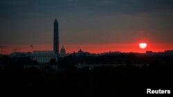 미국 수도 워싱턴의 새벽 하늘에 붉은 태양이 떠오르고 있다. (자료사진)