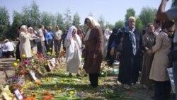 عکسی از یکی از مراسم یادبود در خاوران. در سالهای اخیر خانواده ها اجازه مراسم یادبود نداشتند.