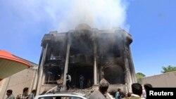 Asap membubung dari konsulat India saat para petugas keamanan menyelidiki serangan di provinsi Herat, Afghanistan (23/5).