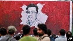 Spanduk bergambar blogger Bangladesh keturunan AS, Avijit Roy di Dhaka, Bangladesh, 27 Februari 2015 (Foto: dok). Roy, yang dikenal karena menentang ekstremisme dalam beragama, tewas terbunuh saat sedang berjalan dengan istrinya di jalanan ibukota Bangladesh, 27 Februari 2015.