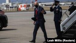 """拜登總統走下""""空軍一號""""專機,參加宣言1萬9千億美元的新冠疫情救助方案的活動。(2021年3月23日)"""