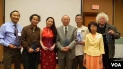 得獎者合影,右二為視覺藝術家協會會長劉雅雅(美國之音國符拍攝)