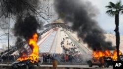 反对派周五在地拉那与警方发生冲突后,汽车在燃烧