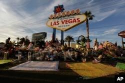 16일 미국 네바다주 라스베이거스 시에 총격사건 희생자들을 추모하는 꽃다발 등이 놓여있다.