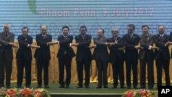 Para Menteri Luar Negeri Negara-negara ASEAN berpose dalam pembukaan sidang ASEAN ke-45 di Phnom Penh, Kamboja (9/7). Dari kiri: Wunna Maung Lwin (Burma), Albert del Rosario (Filipina), K. Shanmugam (Singapura), Surapong Tovichakchaikul (Thailand), Pham B