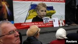 在烏克蘭基輔的獨立廣場﹐抗議者在反對派領袖季莫申科的畫像前議論。