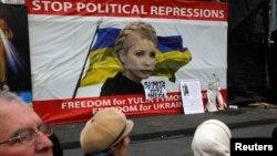 Dân Ukraina bàn tán trước áp phích với hình ảnh lãnh tụ đối lập Ukraina Yulia Tymoshenko tại trung tâm thủ đô Kiev.