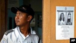 Seorang petugas berdiri di samping pengumuman terkait hilangnya Nora Anne Quoirin, di Seremban, Malaysia, 11 Agustus 2019. (Foto: dok).