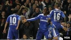 Bintang Chelsea Didier Drogba (tengah) merayakan gol atas klub Valenciadi stadion Stamford Bridge, London (6/12). Chelsea menjuarai group E Liga Champions setelah menekuk Valencia dengan skor telak: 3-0.