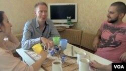 Bjarne Luter sa svojim domaćinima Marijanom i Dmitrijem Litovčenkom