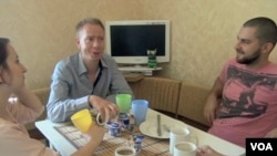 Danski navijač Bjarne Luther i njegovi domaćini Mariana i Dmitrij Litovčenko