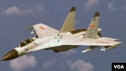 8月19日,中國出動一架國產殲-11戰鬥機對在中國領空附近區域進行偵查的美國海軍P-8反潛機進行了危險攔截。圖為中國的殲-11戰鬥機。
