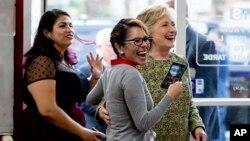 Clinton ha prometido promulgar una reforma migratoria en los cien primeros días de su Gobierno y mostró su intención de frenar la deportación de millones de inmigrantes indocumentados.
