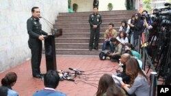 Jenderal Prayuth Chap-ocah (kanan) dalam konferensi pers di markas besar militer di Bangkok, Thailand (27/12).