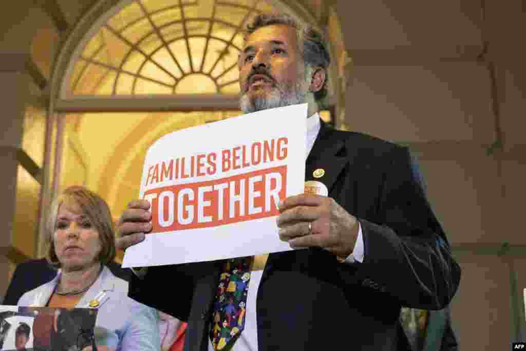 واکنش اعتراضی خوان وارگاس از اعضای جمهوریخواه مجلس نمایندگان در زمان حضور پرزیدنت ترامپ در کنگره با در دست داشتن پلاکاردی که بر روی آن نوشته شده خانواده ها به هم وابسته هستند.
