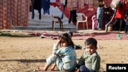 Trẻ em tỵ nạn Syrian ngồi tại một khu nhà tạm ở Qab Elias, thung lũng Bekaa, Li Băng, 8/12/2014.