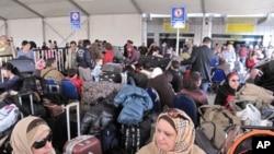很多外國人在開羅機場等候離開埃及