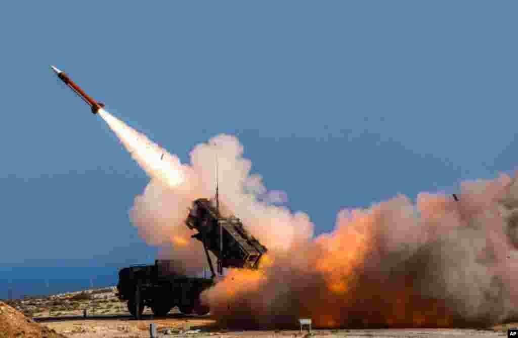 عربستان می گوید حمله موشکی حوثی های یمن را دفع کرده است. این گروه مورد حمایت ایران چندین موشک بالیستیک به سمت ریاض شلیک کردند. آمریکا و عربستان می گویند جمهوری اسلامی ایران به حوثی ها کمک تسلیحاتی می کند.