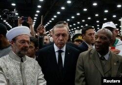 Tổng thống Thổ Nhĩ Kỳ Recep Tayyip Erdogan (giữa) đến tham dự lễ Jenazah cầu nguyện cho nhà vô địch quyền Anh Muhammad Ali ở Louisville, bang Kentucky, Mỹ, ngày 9/6/2016.