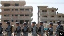 아프가니스탄 카불 공항에서 10일 탈레반의 공격을 받은 건물 주변에 경찰들이 줄지어 서있다.