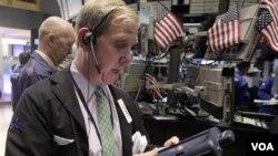 El corrredor de bolsa, Richard Cohen, en el medio de las operaciones en la bolsa de valores de Nueva York.